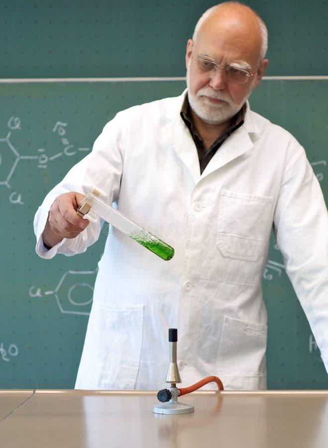 Travail dans un laboratoire avec un bec Bunsen photo libre de droits
