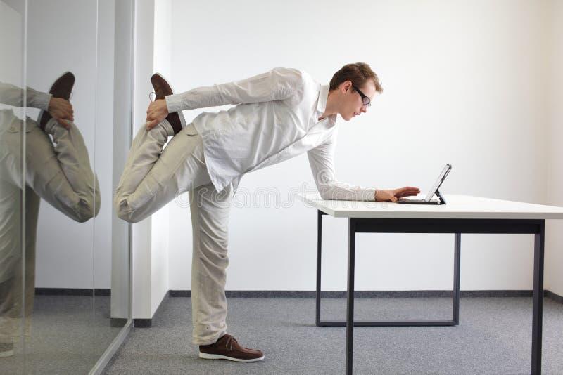 Travail de bureau de durrng d'exercice de jambe photo libre de droits
