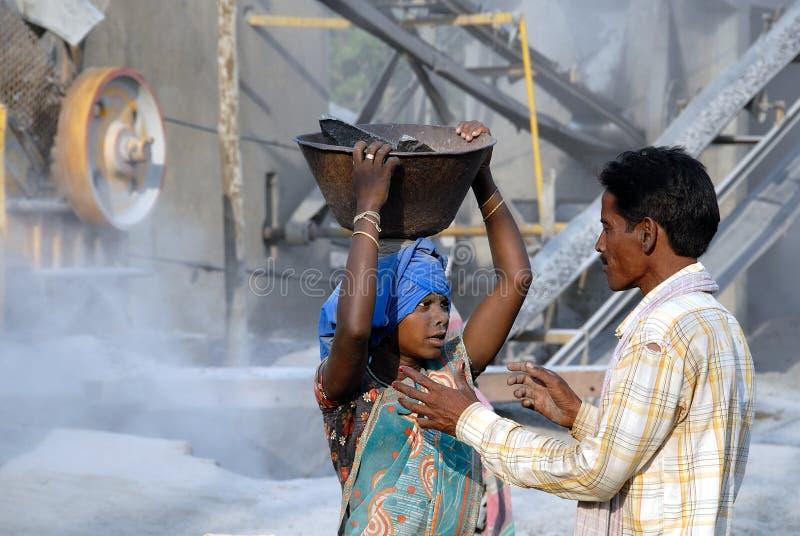 Travail de femme aux concasseurs de pierres images stock