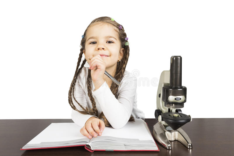 Travail de fille d'école primaire sur le projet de la science photo libre de droits
