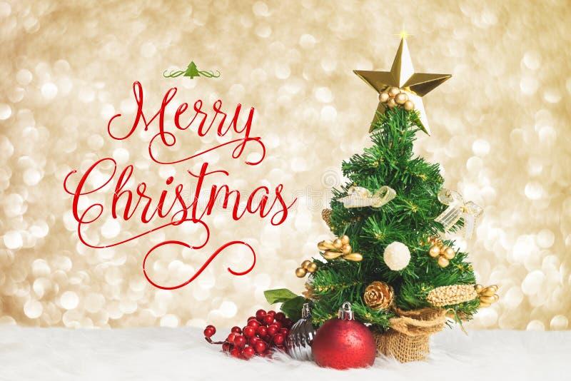 Travail de Joyeux Noël avec l'arbre de Noël avec le decorat de cerise et de boule image libre de droits
