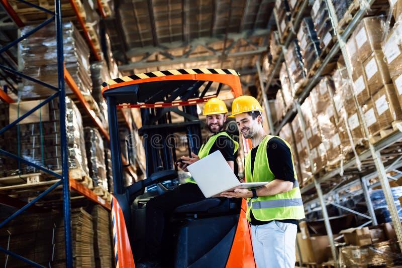 Travail de logitics d'entrepôt étant fait image stock