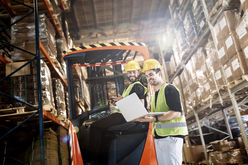 Travail de logitics d'entrepôt étant fait images libres de droits