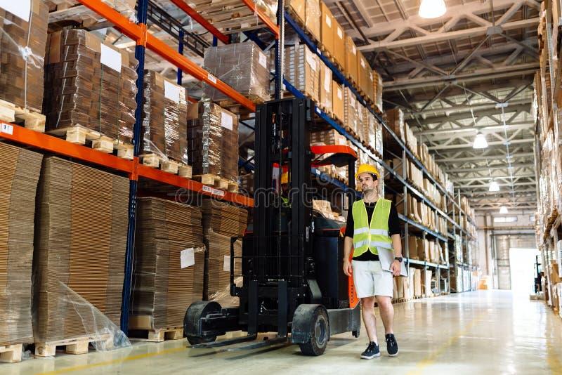 Travail de logitics d'entrepôt étant fait photographie stock libre de droits