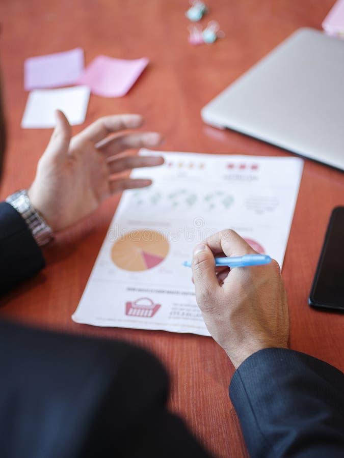 Travail de mains du ` s d'hommes avec des documents sur la table en bois Concept d'affaires photos stock