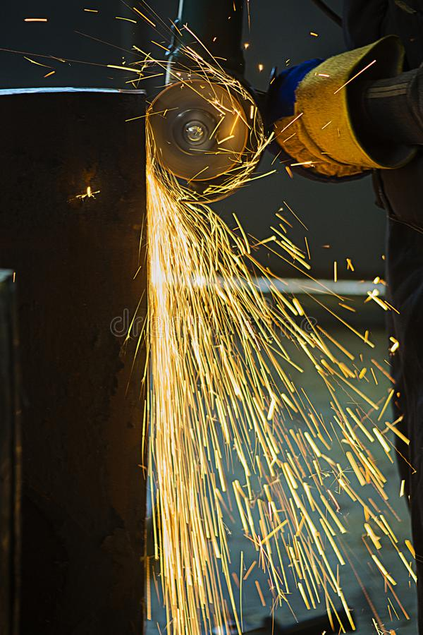 Travail de nuit de teamn de travailleurs de puits de pétrole sur l'équipement industriel avec des clés de trompette image stock