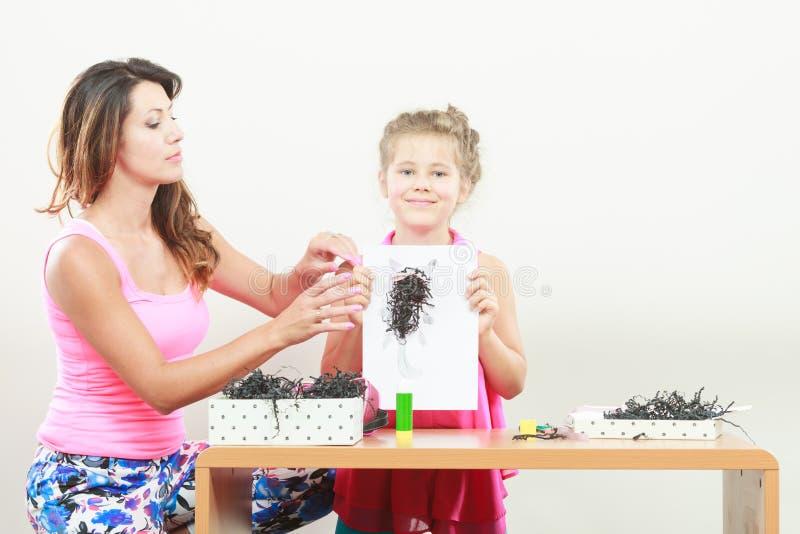 Travail de petite fille avec la maman photos libres de droits