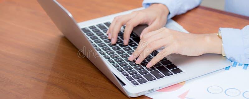 Travail de plan rapproché avec l'analyse de finances et les données de rabotage sur l'ordinateur portable, dactylographie et grap images stock