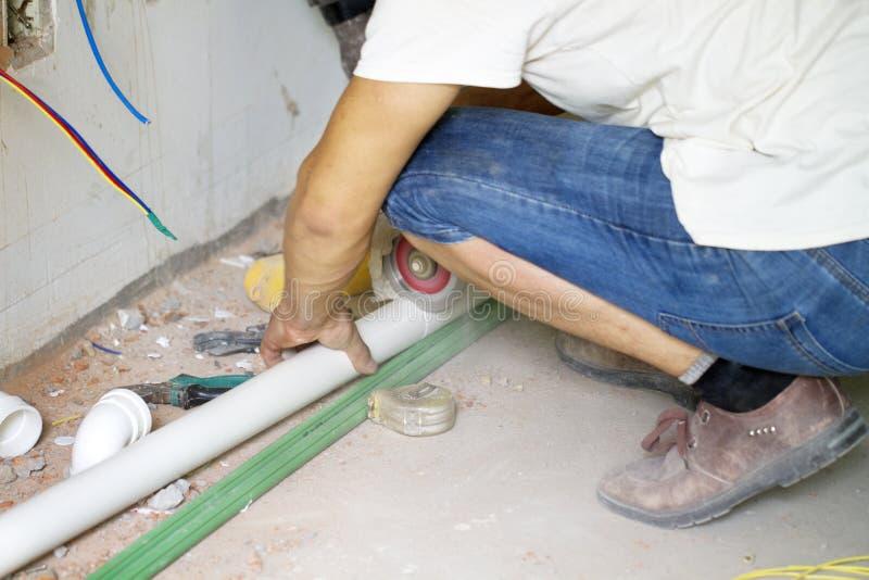 Travail de rénovation électrique, fonctionnement de mains de plombier image stock