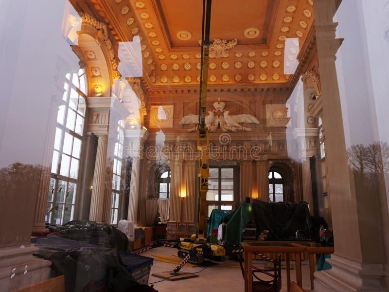 Travail de réparation dans le palais Vue par le verre photo stock