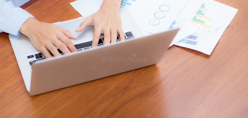 Travail de site Web de bannière de plan rapproché avec l'analyse de finances et les données de rabotage sur l'ordinateur portable photographie stock
