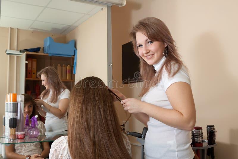 Travail de styliste de cheveu sur le femme image stock