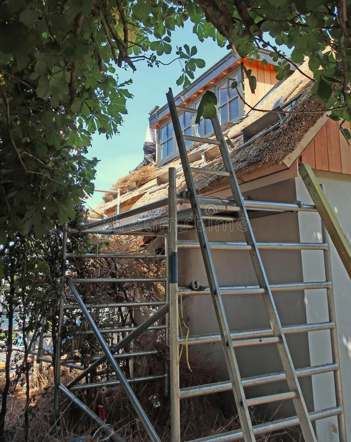 Travail de toit de paille images stock