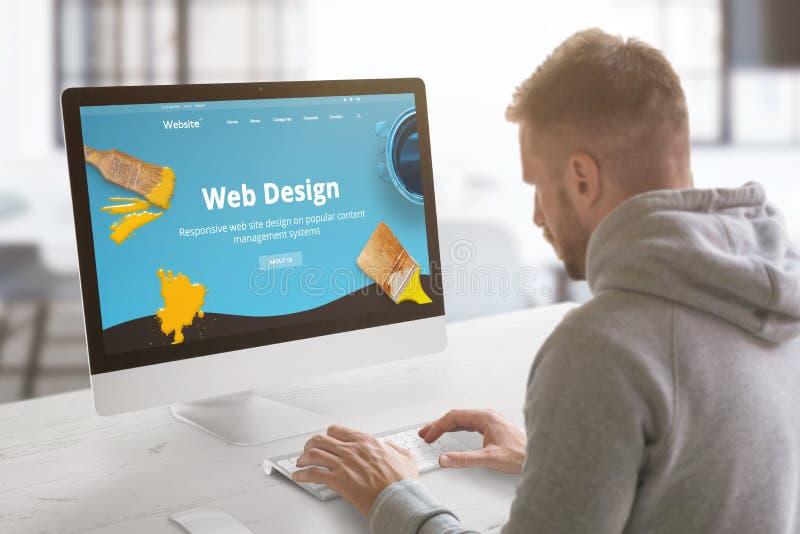 Travail de type sur le site Web moderne sur l'ordinateur dans le graphique, bureau de studio de conception web image stock