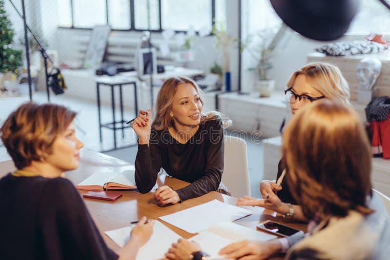 Travail des heures supplémentaires du concept Groupe de l'équipe féminine d'affaires travaillant tard la nuit photographie stock
