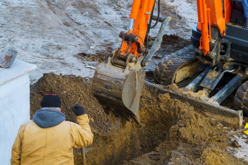Travail extérieur : Excavatrice creusant à déplacer le sol dans le travail d'excavation de construction photo libre de droits