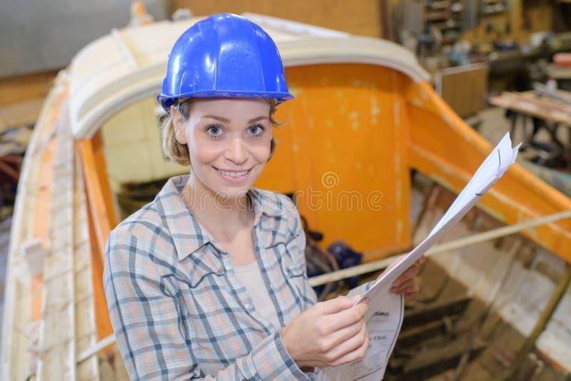 Travail femelle à l'atelier de bateau images libres de droits
