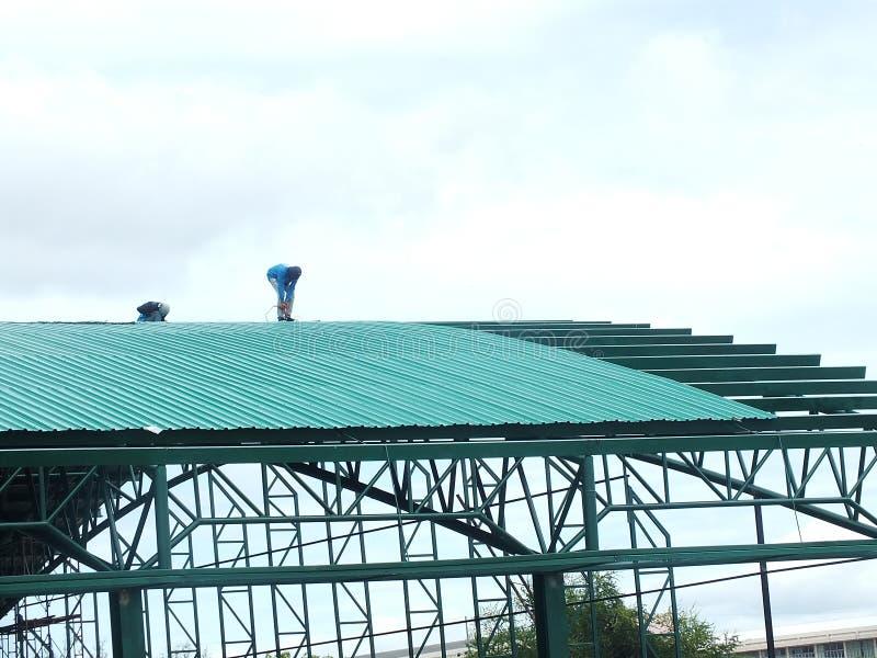 Travail fortement dangereux d'installation de toit photographie stock libre de droits