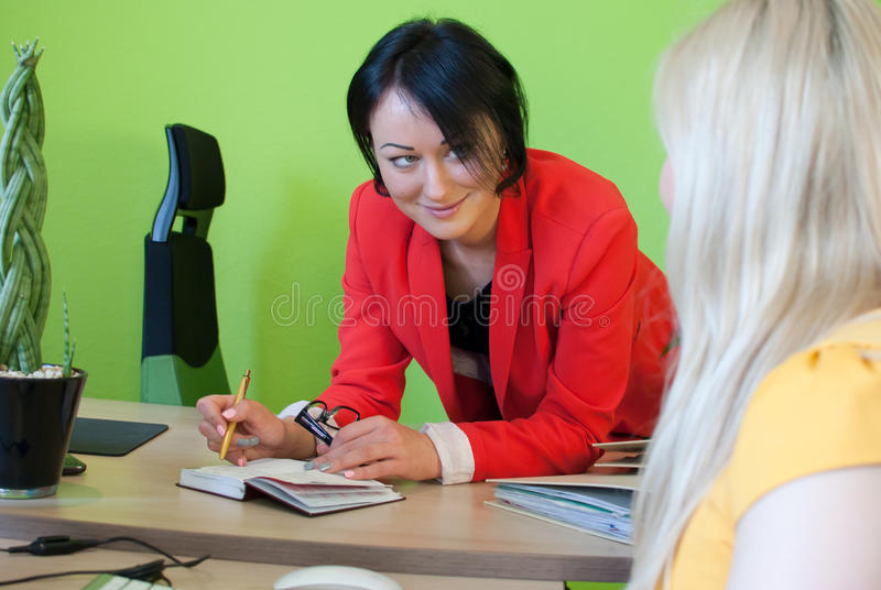 Travail parlant de la femme deux de dialogue d'affaires de bureau image stock