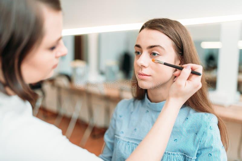 Travail professionnel d'esthéticien avec des sourcils de femme image libre de droits