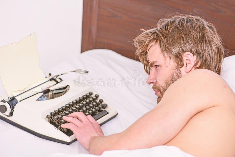 Travail quotidien de machine ? ?crire manuelle d'utilisation d'auteur Lit de configuration d'auteur d'homme travaillant au nouvea image libre de droits