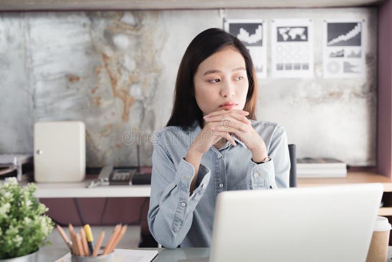 Travail stressant de femmes asiatiques avec un carnet pendant longtemps, de images libres de droits