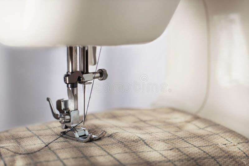 Travaillant le processus - machine à coudre avec l'aiguille, le fil et le tissu Article d'habillement photo libre de droits