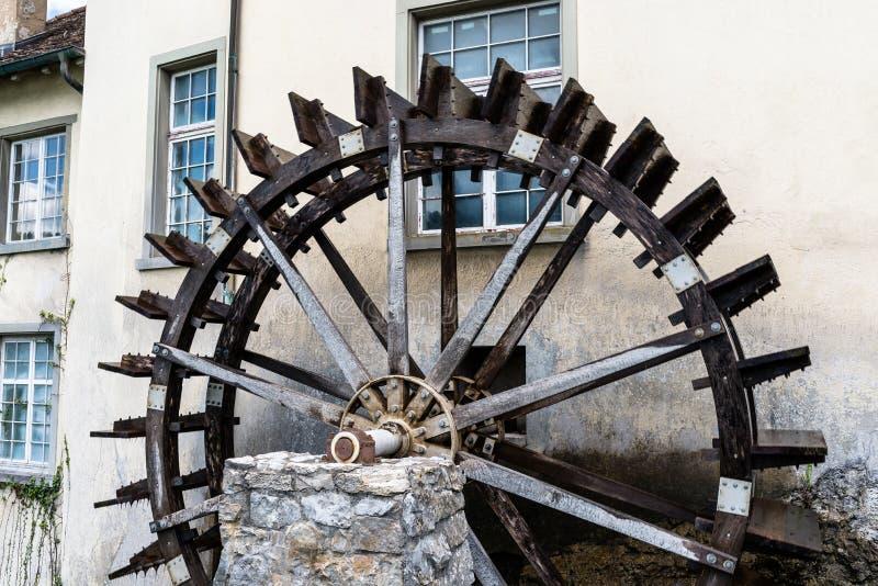 Travaillant un en bois, roue d'eau pour convertir l'énergie de l'écoulement de l'eau, au début du Rhin en Suisse images stock