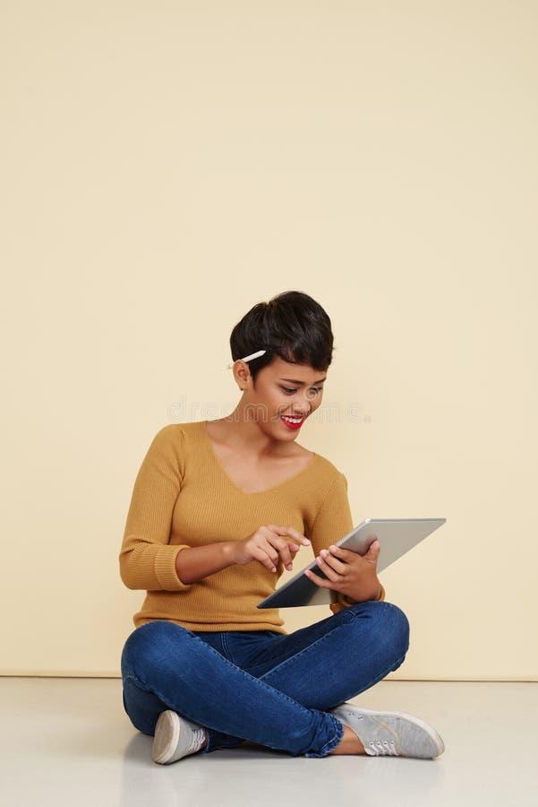 Travailler à la tablette images libres de droits