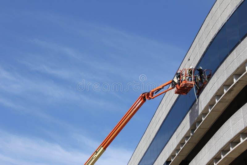 Travailler à une construction dans la ville photographie stock libre de droits