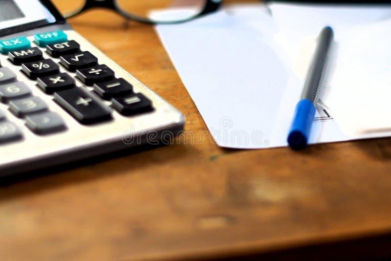 Travailler au papier image stock