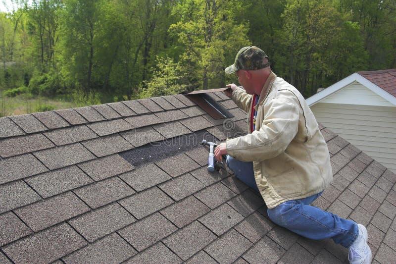 Travailler au toit image libre de droits