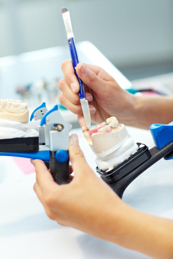 Travailler aux dentiers images stock