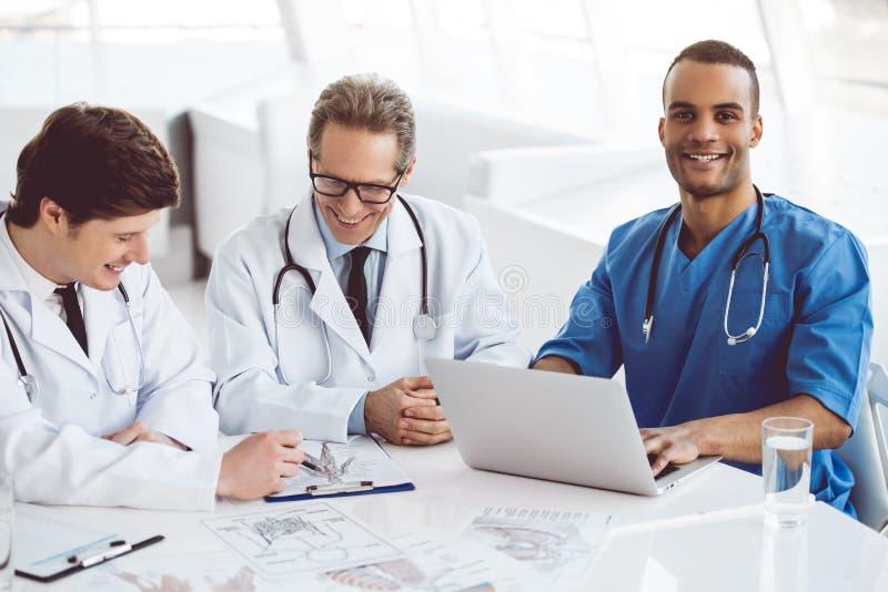 Travailler beau de médecins image libre de droits