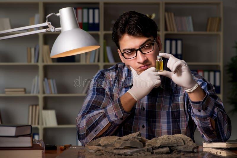 Travailler d'archéologue de fin de nuit dans le bureau photographie stock libre de droits
