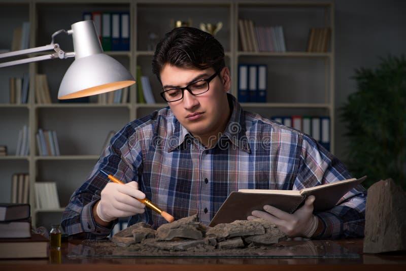 Travailler d'archéologue de fin de nuit dans le bureau photographie stock