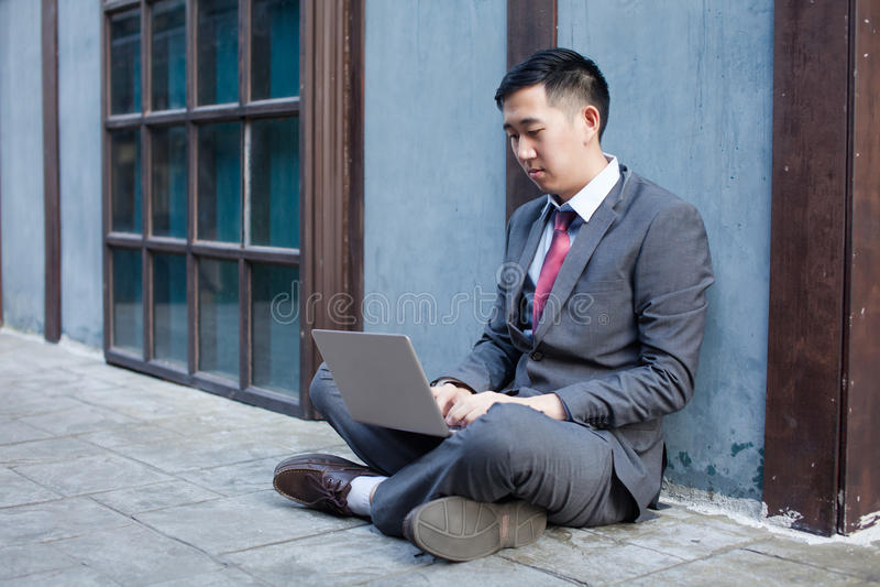 Travailler d'homme d'affaires extérieur - concept de travail n'importe où photos stock