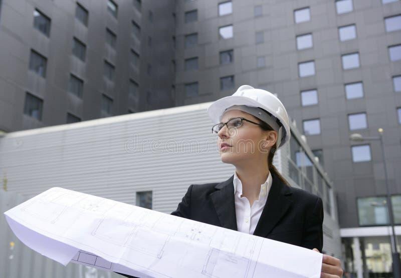 Travailler de femme d'architecte extérieur avec des constructions photographie stock