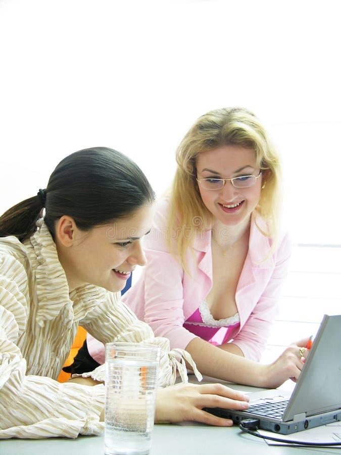 Travailler de jeunes femmes photo libre de droits