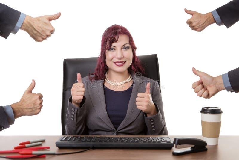 Travailler heureux dur dans le bureau photos stock