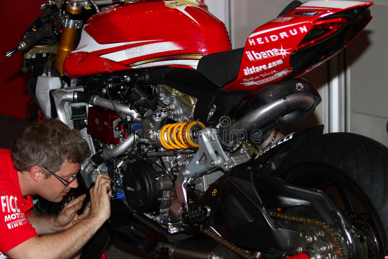 Travailler mécanique à Ducati Panigale 1199 R Team Ducati Alstare Superbike WSBK image stock
