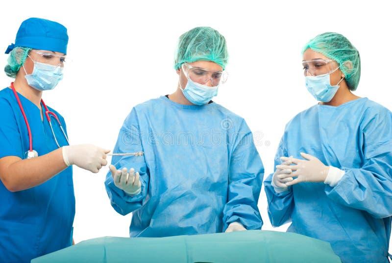 Travailler occupé de chirurgiens image libre de droits