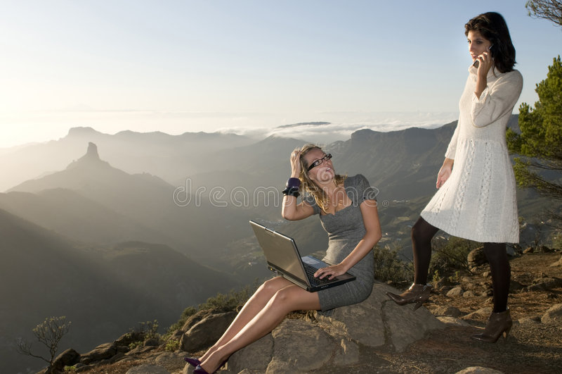travailler portatif de femmes de montagne d'ordinateur portatif photos libres de droits