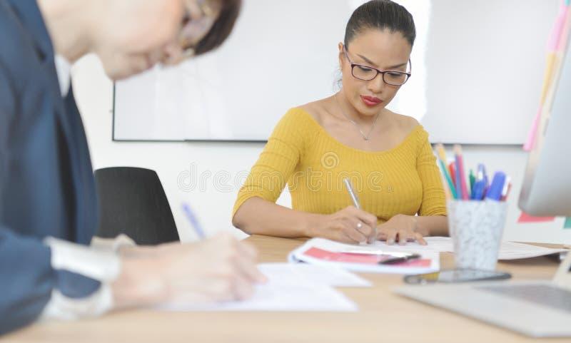 Travailler supérieur de femmes d'affaires photos stock