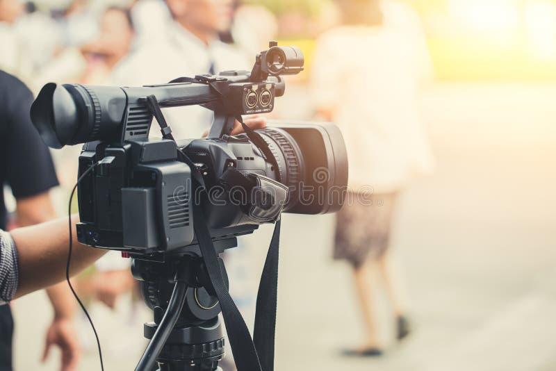 Travailler visuel d'homme d'appareil-photo de media de camcoder en service images stock