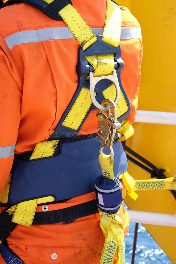 Travailleur à en mer avec le harnais de sécurité photo libre de droits