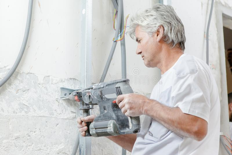 Travailleur à l'aide du foret pneumatique photos stock
