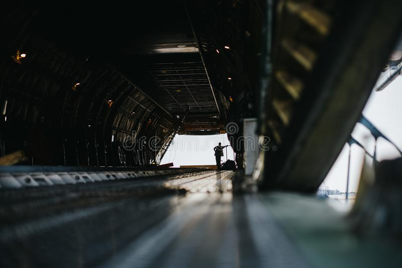 Travailleur à l'intérieur d'un avion vide énorme d'Antonov photo stock