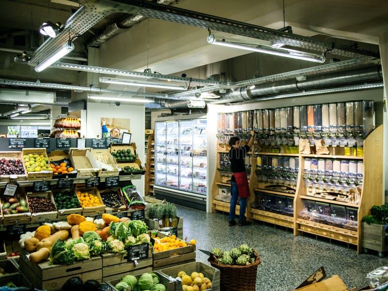 Travailleur à l'intérieur du magasin intérieur vendant de bio produits biologiques images libres de droits
