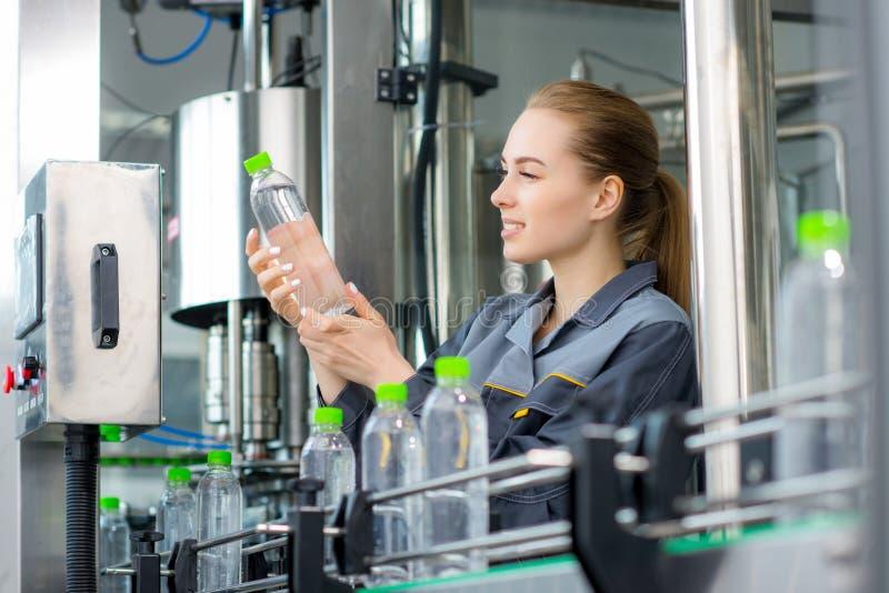 Travailleur à une usine de l'eau photographie stock libre de droits